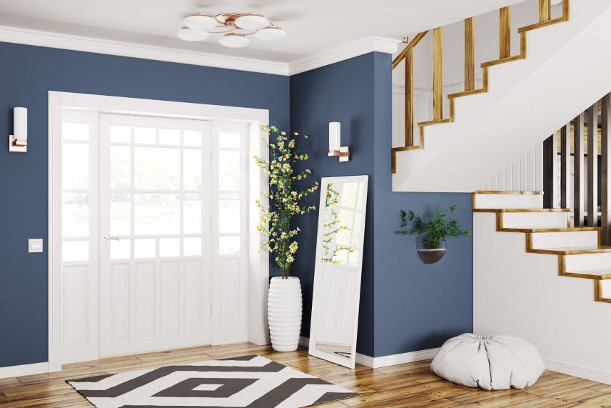 Niebieski przedpokój ze schodami.