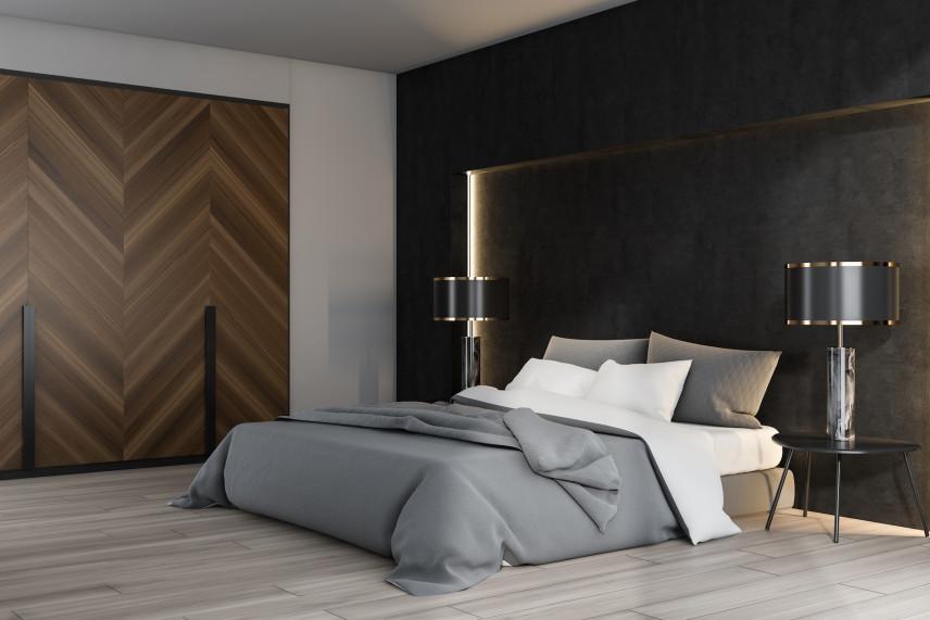 Drewniane drzwi w sypialni