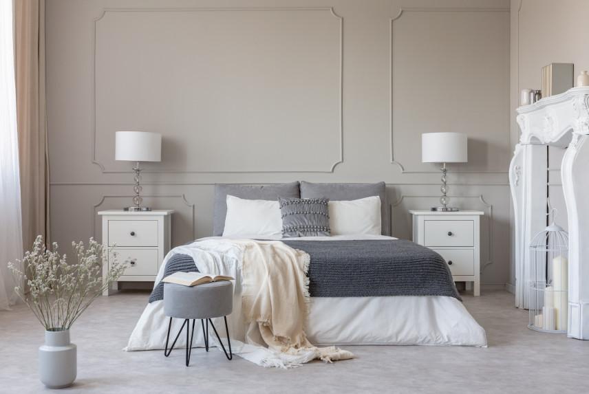 Stylowa sypialnia ze sztukaterią na ścianie