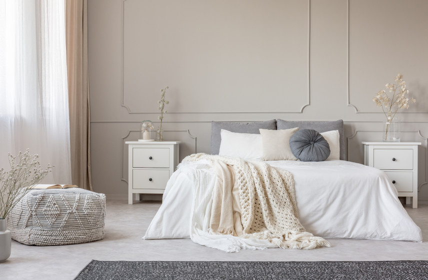 Szare łóżko kontynentalne