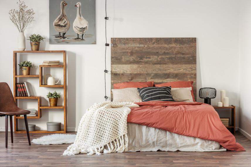 Jasno-drewniane, małe łóżko w sypialni