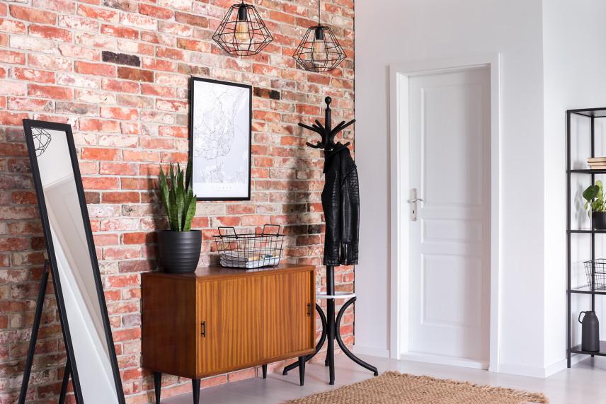 Przedpokój ze ścianą z cegły
