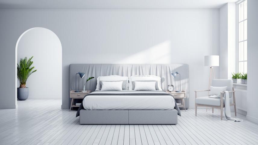 Sypialnia z białą drewniana podłogą