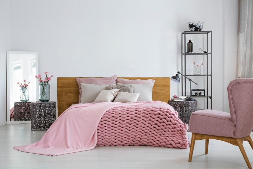 Różowy fotel jako dodatek we wnętrzu