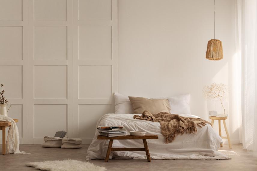Białe drewniane drzwi w sypialni