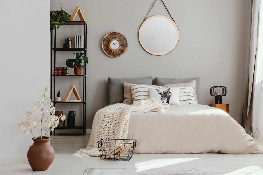 Stylowe, okrągłe lustro na ścianie