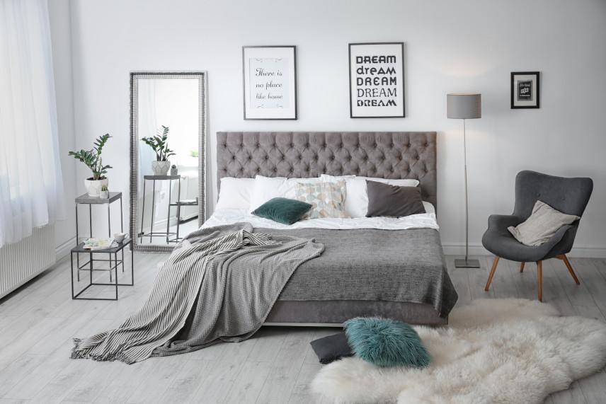 Szare, tapicerowane łóżko kontynentalne