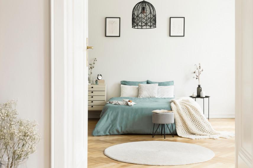 Okrągły, biały dywan w sypialni