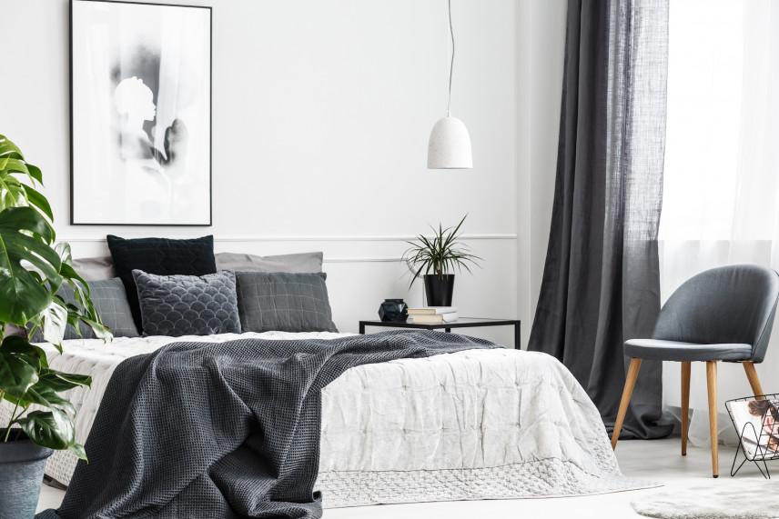 Aranżacja białej sypialni z czarnymi zasłonami