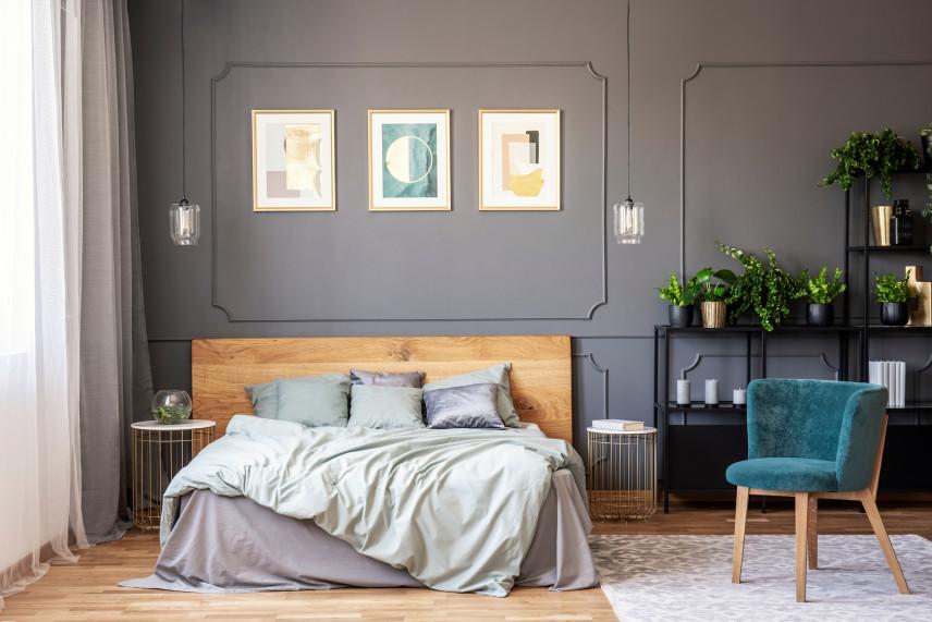 Obrazy na ścianie ze sztukaterią