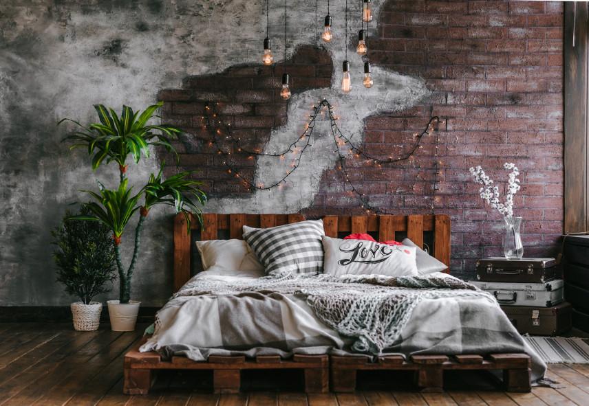 Łóżko z palet w sypialni
