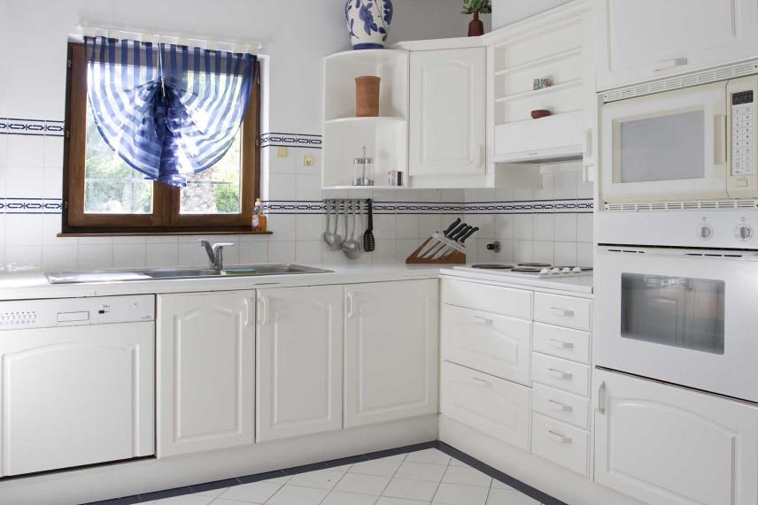 Biała kuchnia narożnikowa z oknem