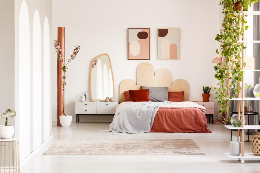 Bordowe elementy w sypialni