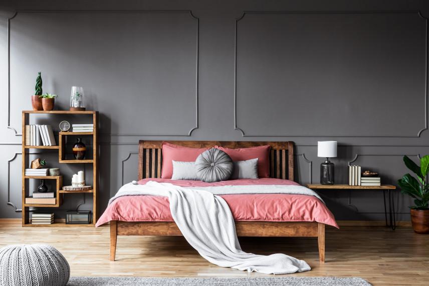 Stylowe, drewniane łóżko kontynentalne