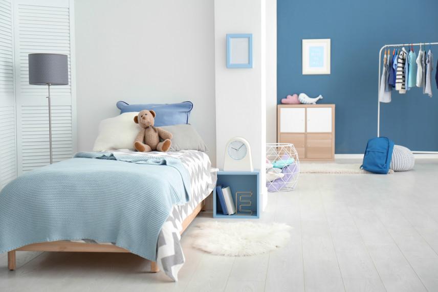 Niebiesko-biała sypialnia