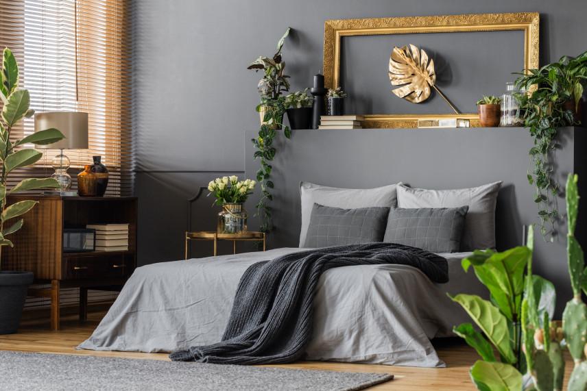 Drewniane dodatki w szarej sypialni