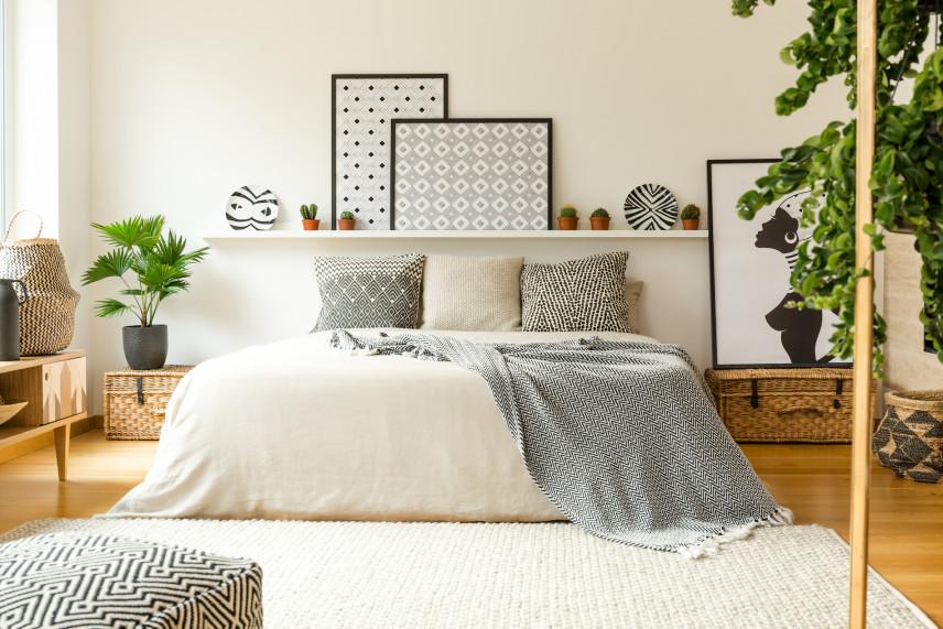 Duży, biały, prostokątny dywan