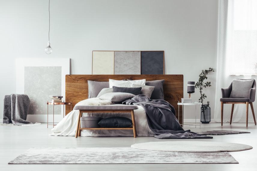 Skromna, klasyczna sypialnia z drewnianymi meblami