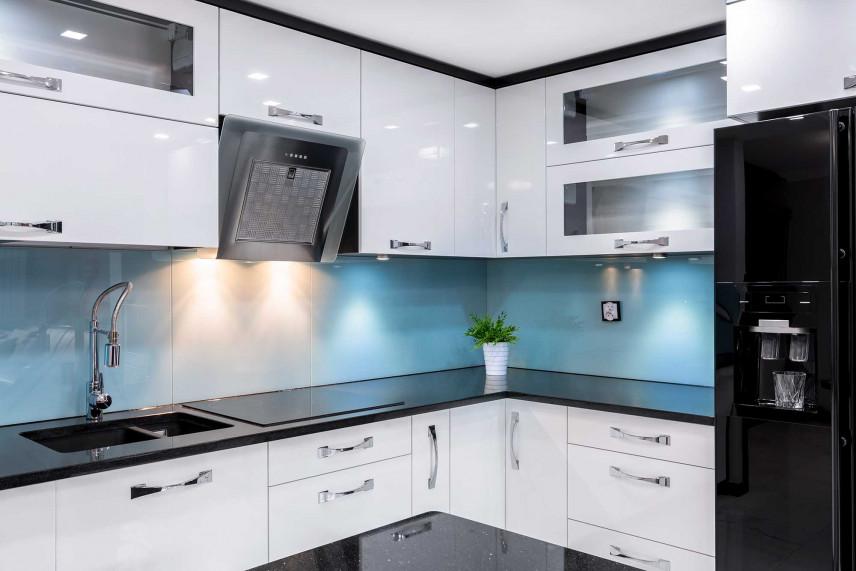 Białą kuchnia narożna z błękitną ścianą