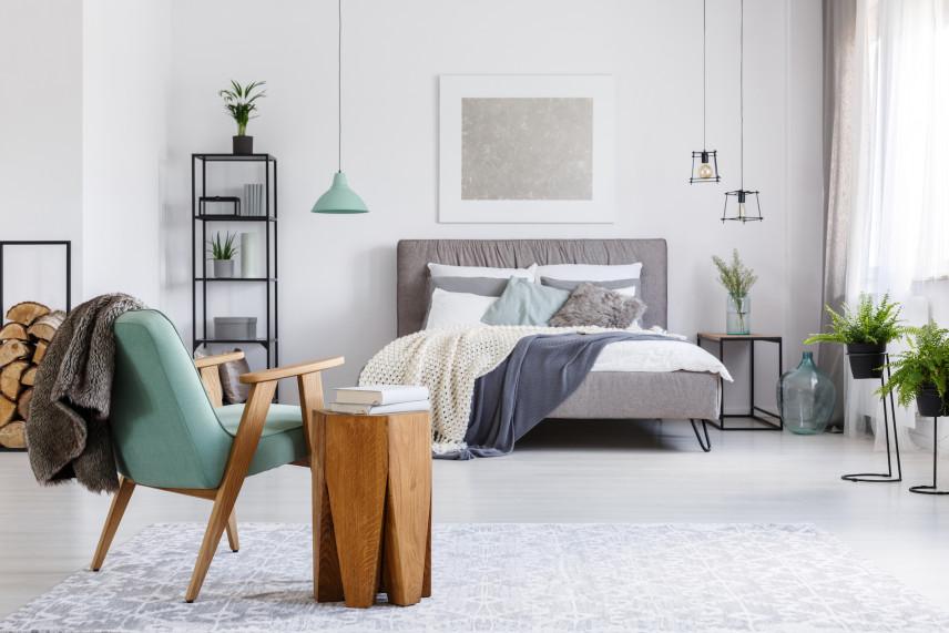 Drewno do kominka w sypialni