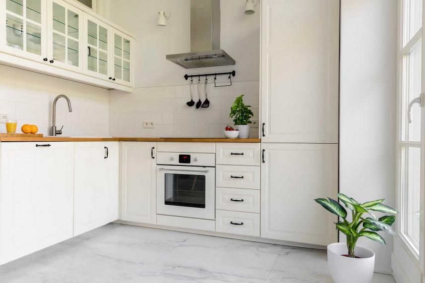 Biała kuchnia narożna w stylu skandynawskim