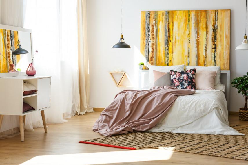 Biało-drewniane meble w sypialni