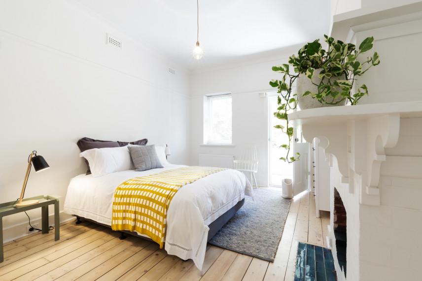 Aranżacja sypialni z białymi półkami ściennymi