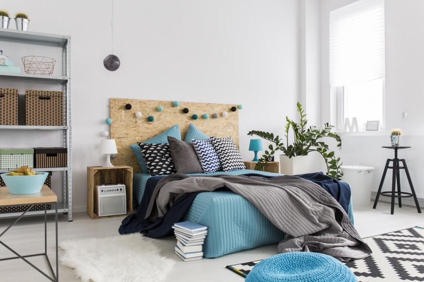 Styl rustykalny w sypialni z niebieskimi dodatkami
