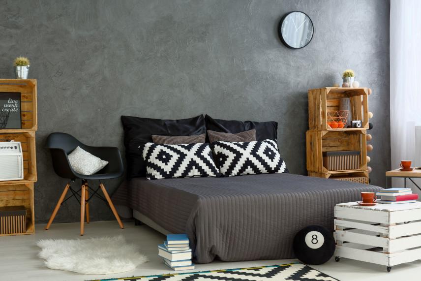 Czarne tapicerowane łóżko