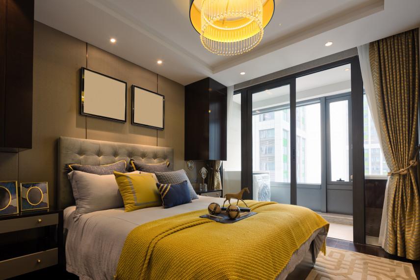 Mała sypialnia z balkonem