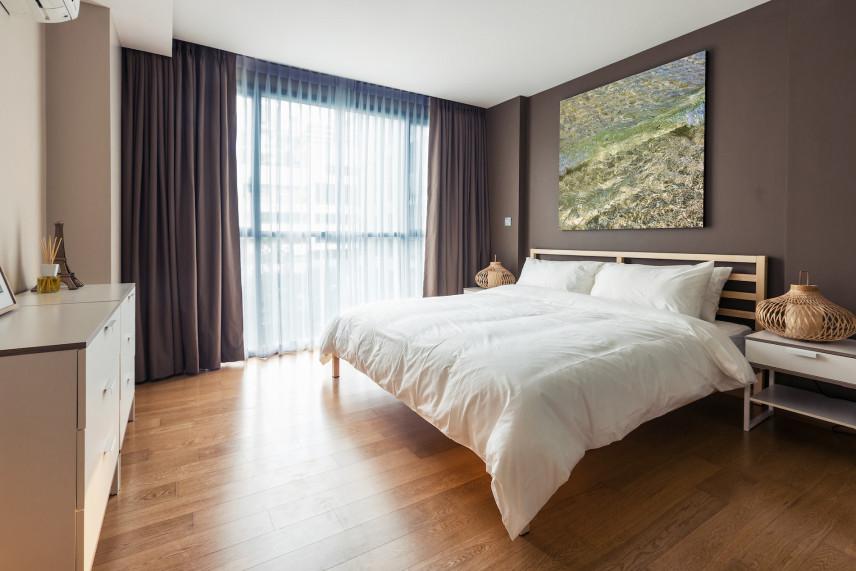 sypialnia z białą komodą