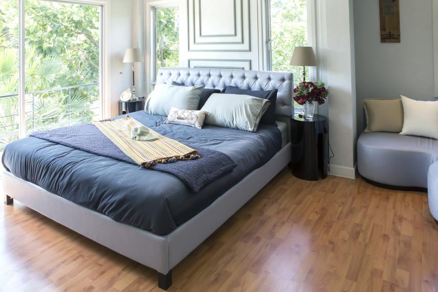 Mała sypialnia z dużym łóżkiem małżeńskim