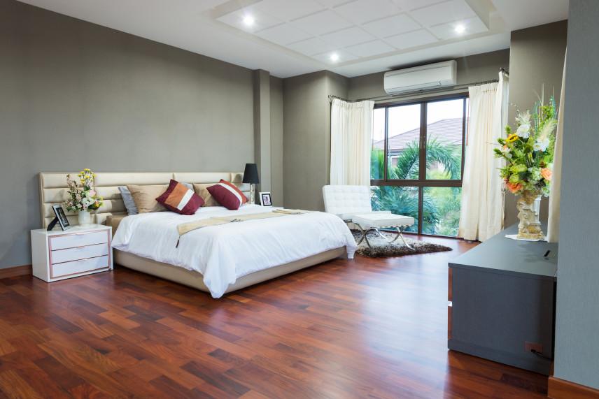 Projekt dużej sypialni z ciemną podłogą