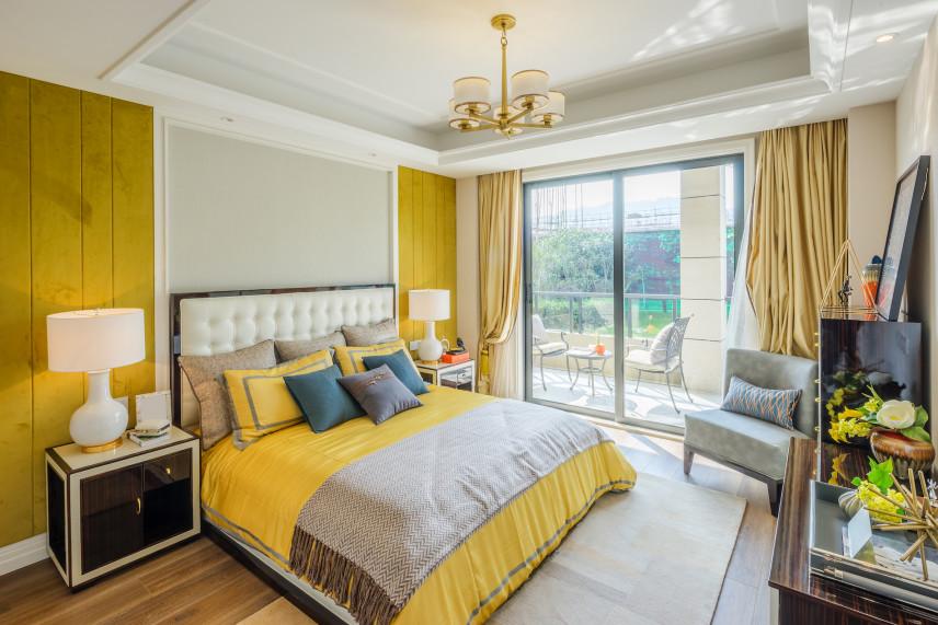 Biało-żółta sypialnia