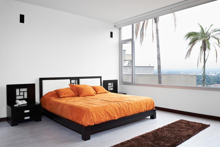 Sypialnia z drewnianym łóżkiem