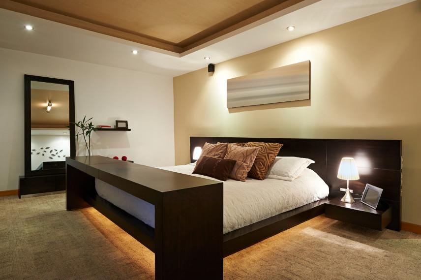 Projekt sypialni z brązowym łóżkiem