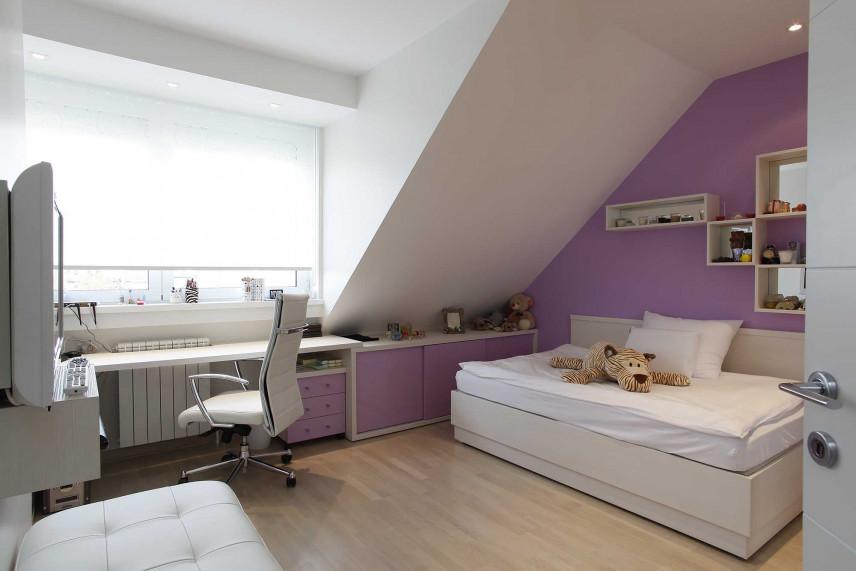 Pokój dziecięcy z fioletową ścianą