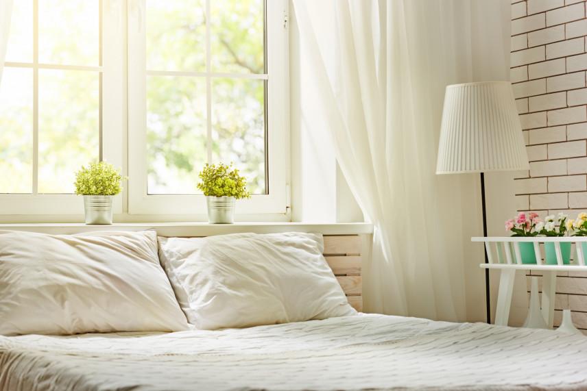 Aranżacja z białą cegłą na ścianie
