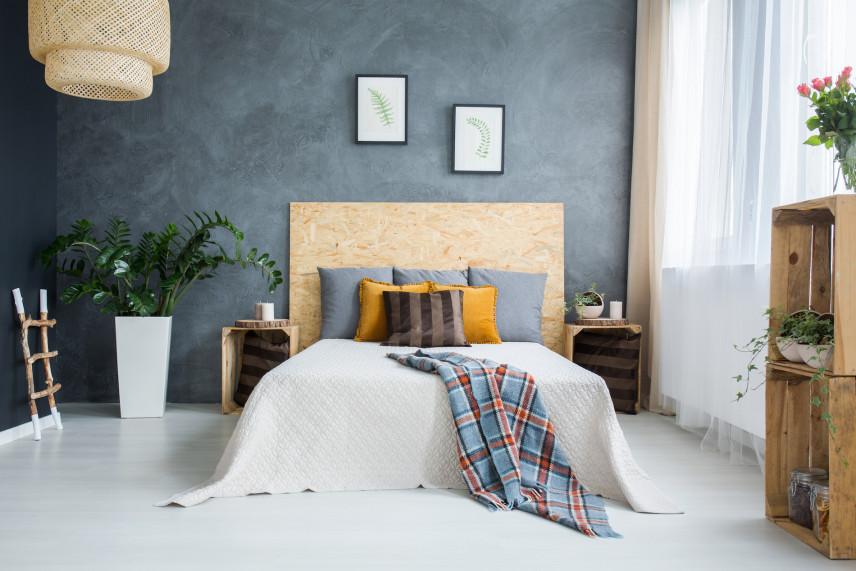 Sypialnia ze stylową drewnianą szafką