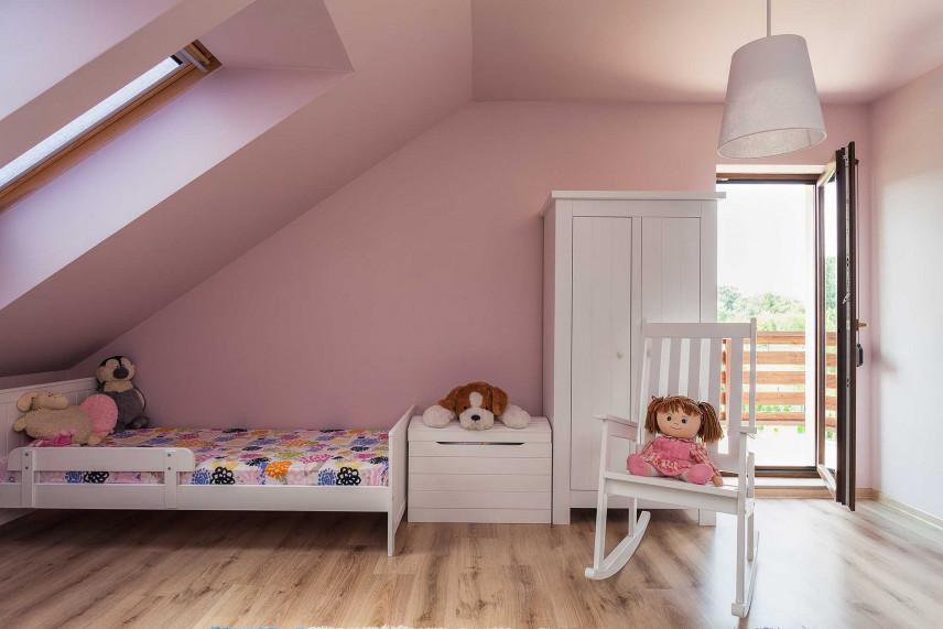Różowy pokój dla dziewczynki na poddaszu