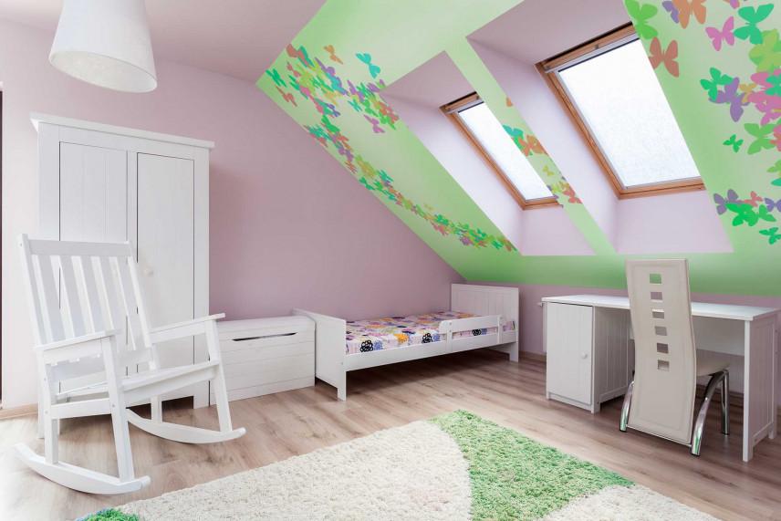 Różowy pokój dla dziewczynki z zieloną ścianą