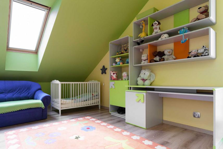 Zielony pokój dla kilkulatka i niemowlaka