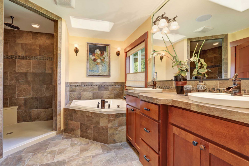Klasyczna łazienka w drewnie i kamieniu
