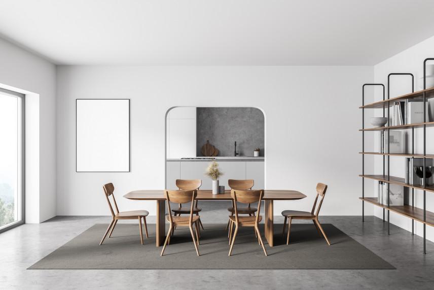 Owalny, drewniany stół w jadalni