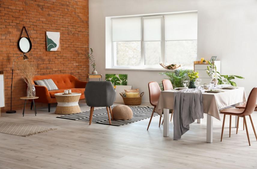 Salon ze ścianą w pomarańczowej cegle