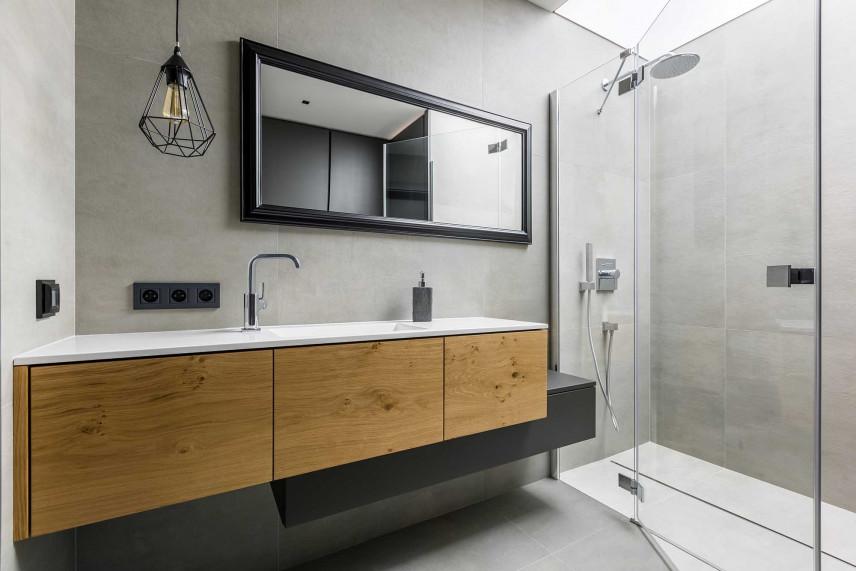 Designerska łazienka z drewnianymi szafkami