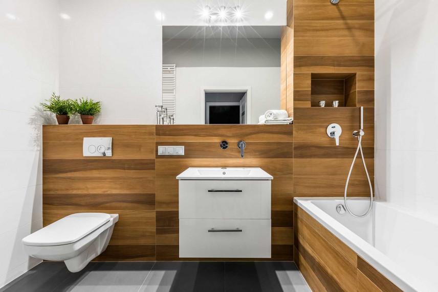 Mała łazienka ze ścianą imitującą drewno