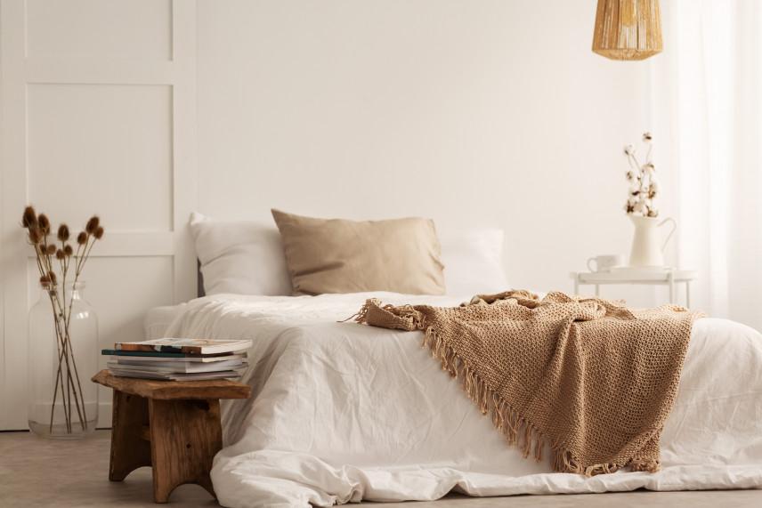 Klimatyczna beżowa sypialnia