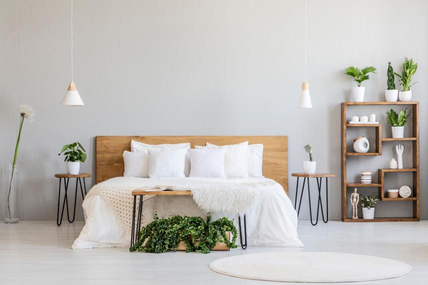 Jasna sypialnia z kontynentalnym łóżkiem