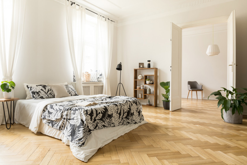 Kremowa sypialnia z drewnianym parkietem